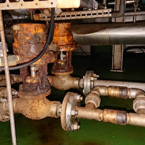 無駄な燃料消費に繋がる剥き出しになった蒸気配管