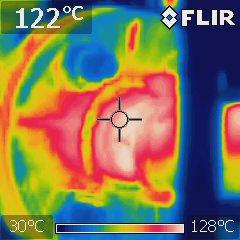 サーモグラフィーで温度分布を視覚的に表示した蒸気配管表面