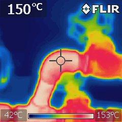 サーモグラフィーで温度分布を視覚的に表示した蒸気ヘッダー