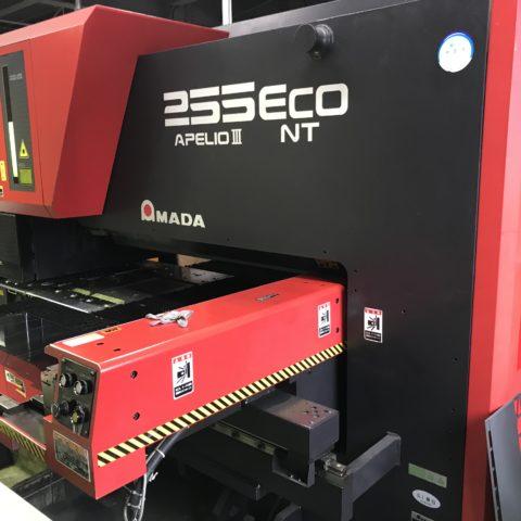 2台を1台に集約することで大幅な電力削減に繋がるレーザー加工機